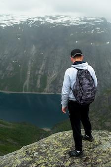 Trolltunga in norvegia è una bellezza favolosa