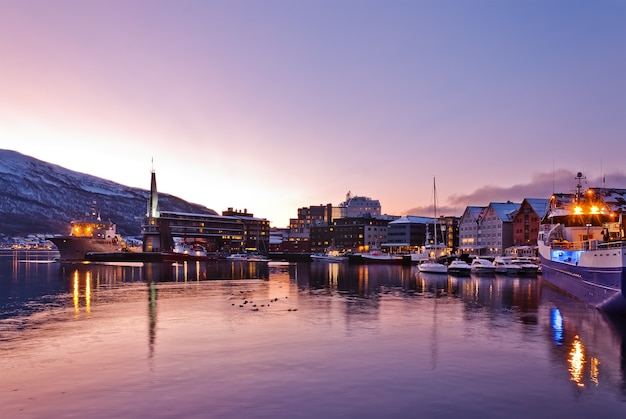 Tromso city waterfront di notte