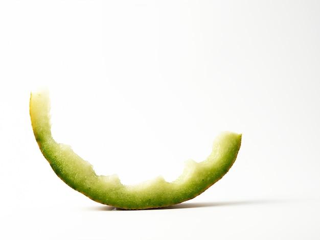 Tronco di melone mangiato su un bianco