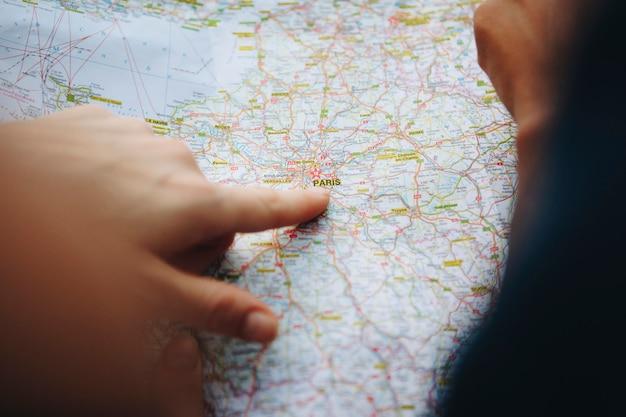 Trovando il loro desitinazione su una mappa.