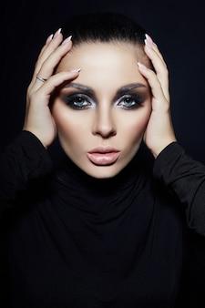 Trucco classico smokey sul viso di donna