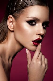 Trucco labbra rosse e occhi fumosi. glamour lady portrait.