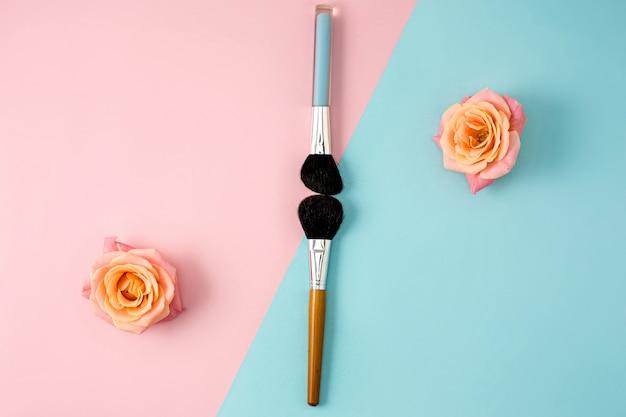 Trucco pennelli su sfondo colorato