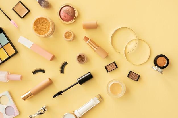 Trucco prodotti di bellezza sulla scrivania