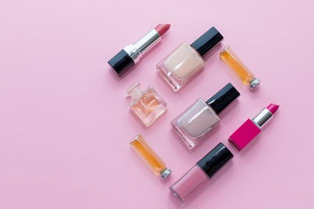 Trucco su sfondo rosa. collezione di prodotti cosmetici decorativi. tendenze moda nei cosmetici con trame deliziose