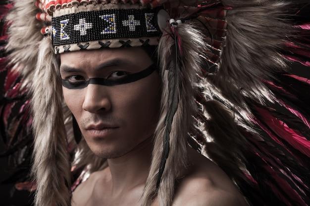 Trucco uomo forte indiano con nativi americani tradizionali