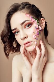 Trucco viso bellezza, petali di fiori cosmetici