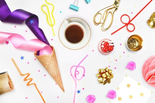 Tubi cocktail mela, pera, spirale, cono gelato, sacchetto cosmetico oro, ananas dorato, cucitrice meccanica, forbici e pasta.