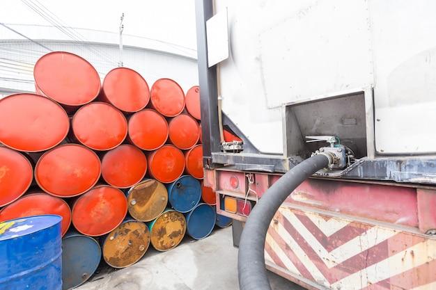 Tubi del camion per la stazione di servizio, pompe e barili di petrolio