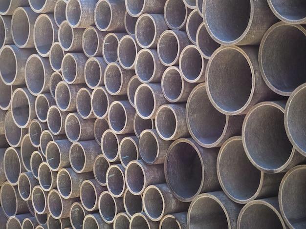 Tubi di cemento amianto utilizzati per la costruzione di drenaggi. trama per lo sfondo.