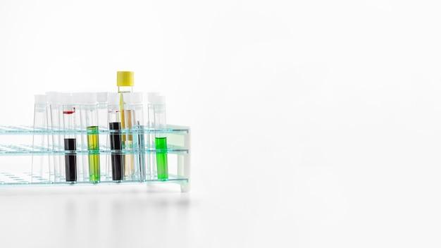 Tubi di chimica sul fondo bianco dello spazio della copia