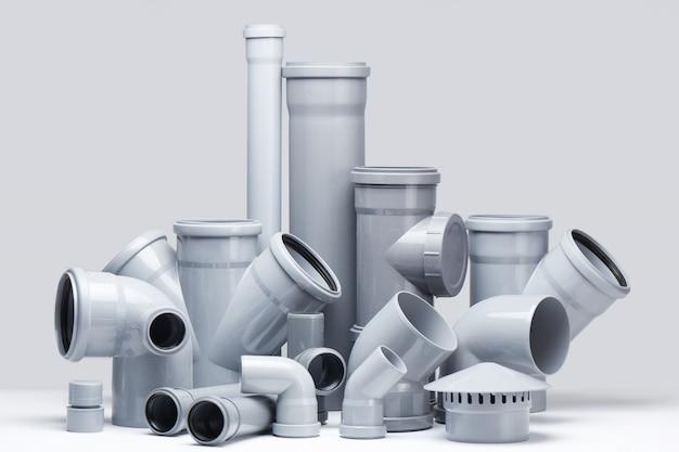 Tubi di polipropilene grigio su sfondo bianco