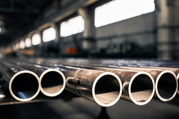 Tubi metallici sul magazzino, file di tubi metallici sul magazzino industriale.