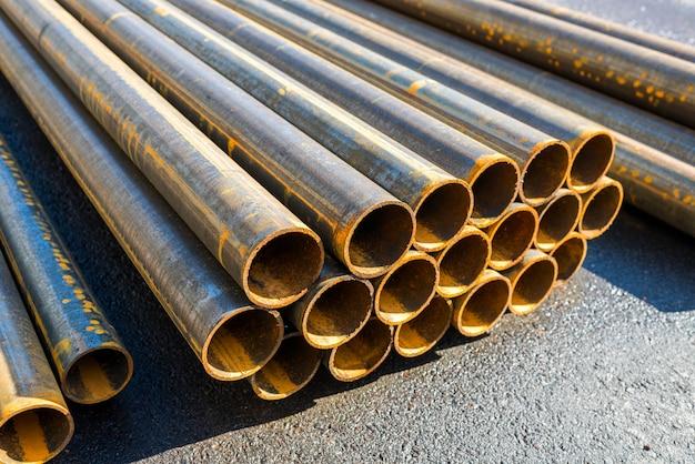 Tubi tondi di metallo laminati, primo piano di un taglio,