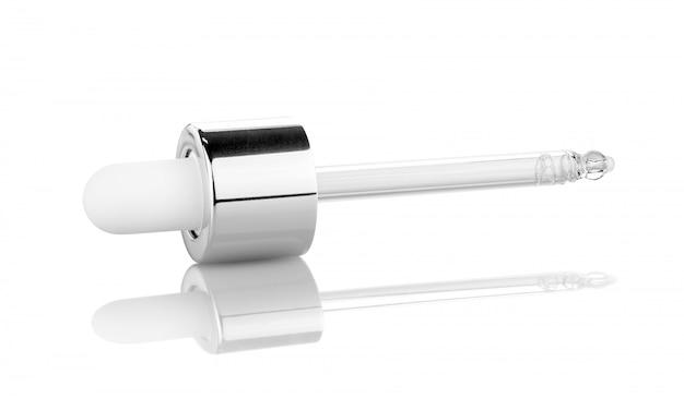 Tubo cadente del siero per i prodotti cosmetici isolati su bianco