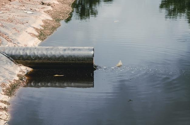 Tubo delle acque reflue nel sito della discarica in tailandia