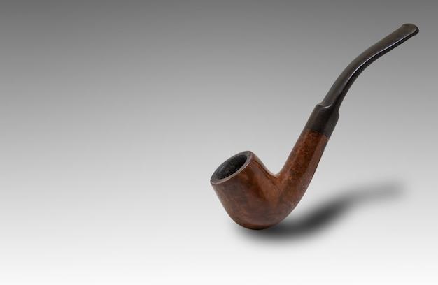 Tubo di fumo del tabacco di colore di brown su fondo bianco