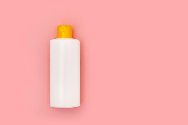Tubo di plastica bianca vuota della bottiglia di compressione sul rosa