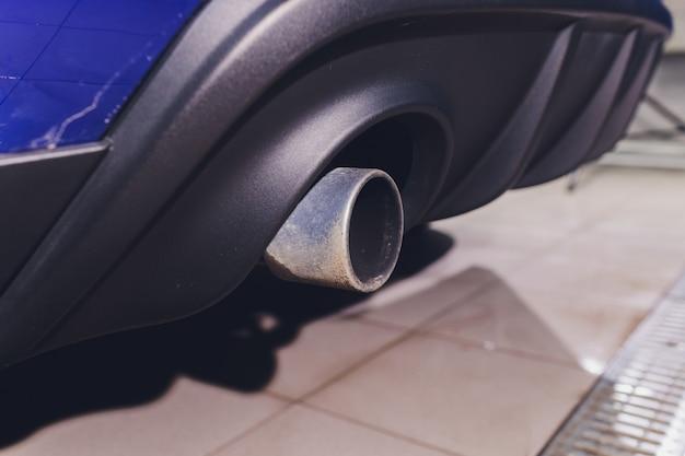 Tubo di scarico per auto con sapone. sfondo di autolavaggio. avvicinamento