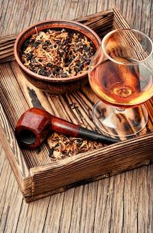 Tubo di tabacco e whisky