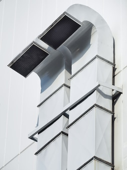 Tubo di ventilazione e condizionamento dell'aria installato all'esterno dell'edificio. tubo di ventilazione per edilizia o fabbrica.