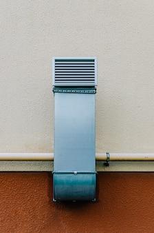 Tubo di ventilazione in metallo con griglia