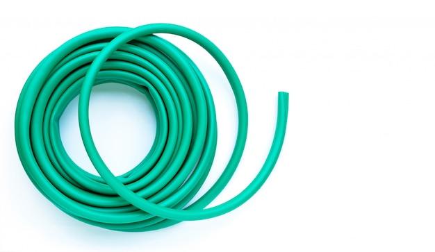 Tubo flessibile di giardino verde isolato