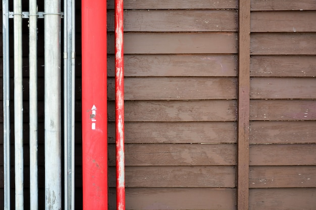 Tubo in acciaio rosso in legno antico