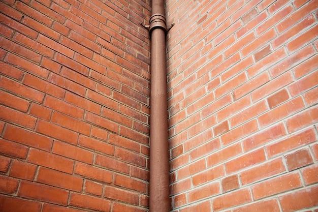 Tubo in edificio di mattoni antichi
