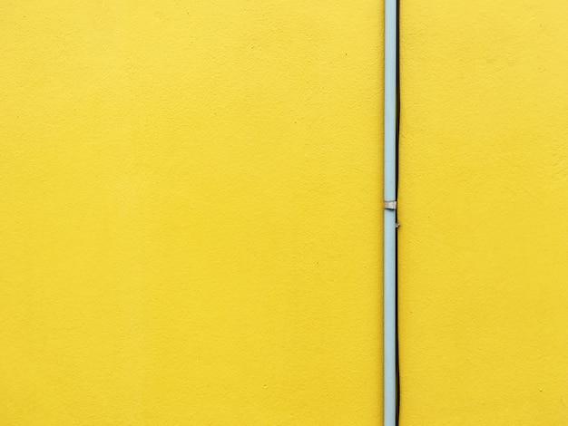 Tubo sul muro giallo