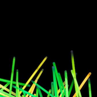 Tubo verde e giallo al neon su sfondo nero