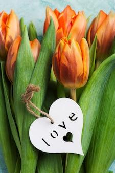 Tulipani arancio su calcestruzzo blu stagionato