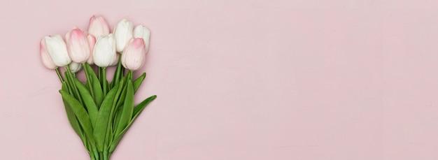 Tulipani con copia spazio per la festa della mamma