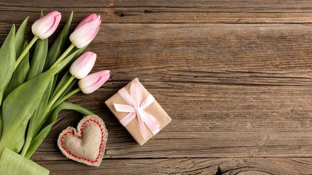 Tulipani con regalo accanto