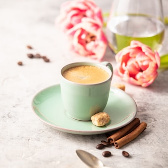 Tulipani del caffè e della molla di mattina su grigio chiaro