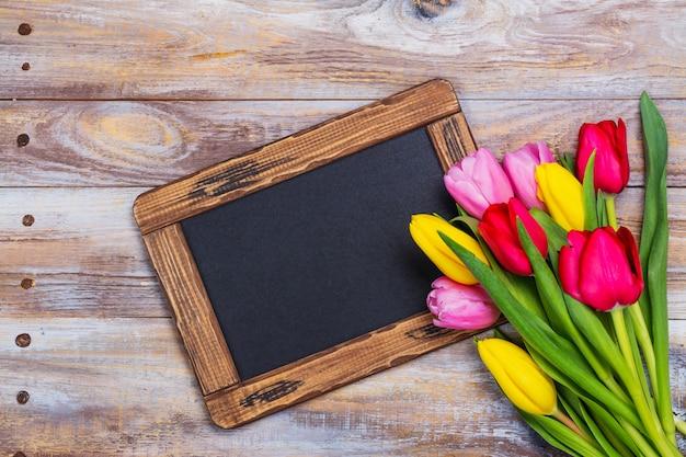 Tulipani di primavera sul blu
