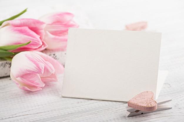 Tulipani e cartolina d'auguri vuota
