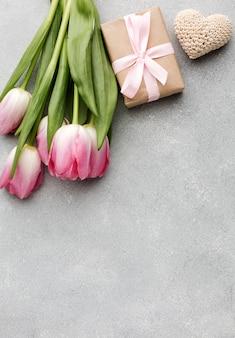 Tulipani e regalo di copia-spazio