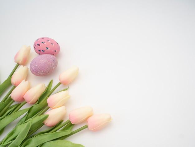 Tulipani e uova dai colori vivaci. pasqua