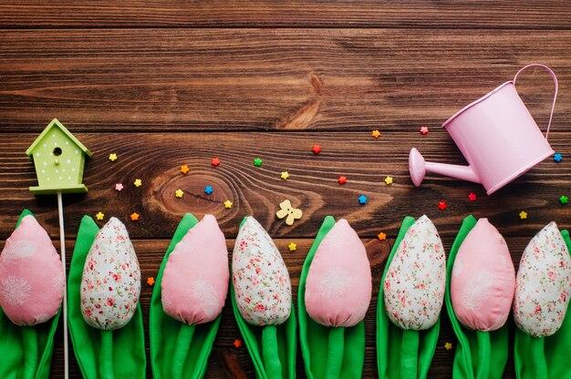 Tulipani e voliera fatti a mano su fondo di legno
