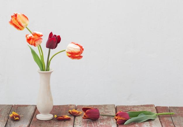 Tulipani in vaso su bianco vecchio