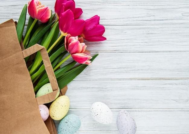 Tulipani primaverili ed uova di pasqua