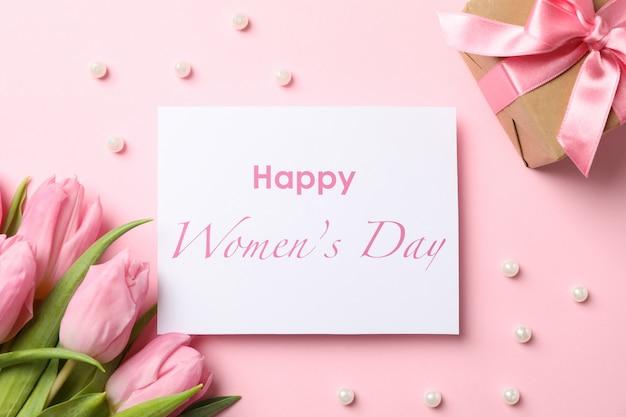 Tulipani, regalo e iscrizione rosa festa della donna felice sulla vista rosa e superiore