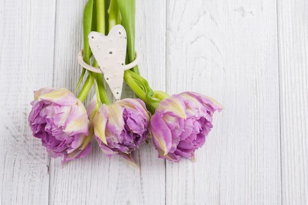 Tulipani rosa e portatovaglioli a forma di cuore