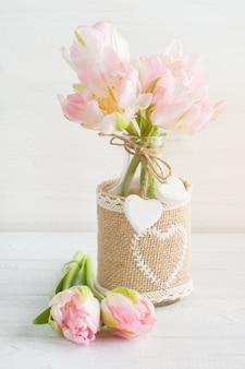Tulipani rosa in bottiglia rustica