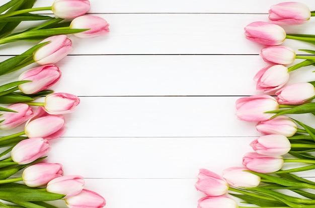 Tulipani rosa su legno bianco