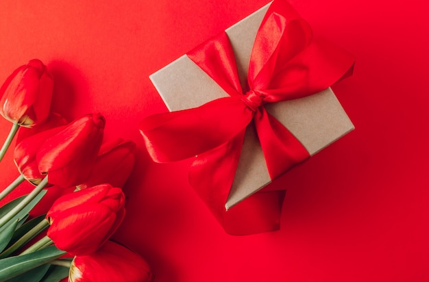Tulipani rossi reali e contenitore di regalo