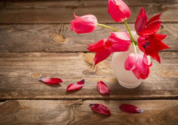 Tulipani rossi su vecchio fondo scuro