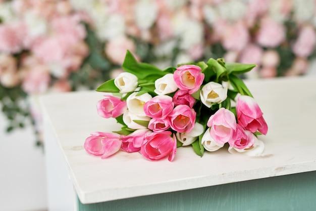 Tulipani su sfondo floreale