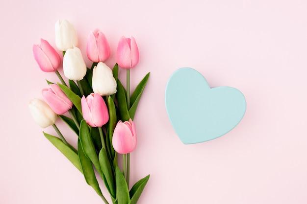 Tulipani sulla vista piana di disposizione del fondo rosa